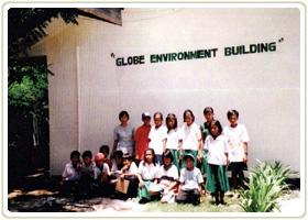 新しく完成した校舎と子どもたち。