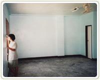 教室の角の休憩室。天井には扇風機が   設置された。